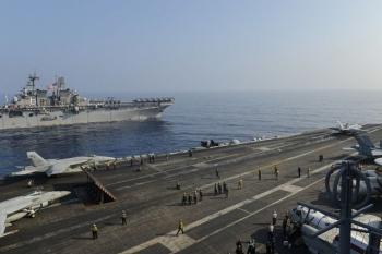 """Cuộc """"so kè"""" hiếm thấy của tàu sân bay Mỹ - Trung tại Biển Đông"""