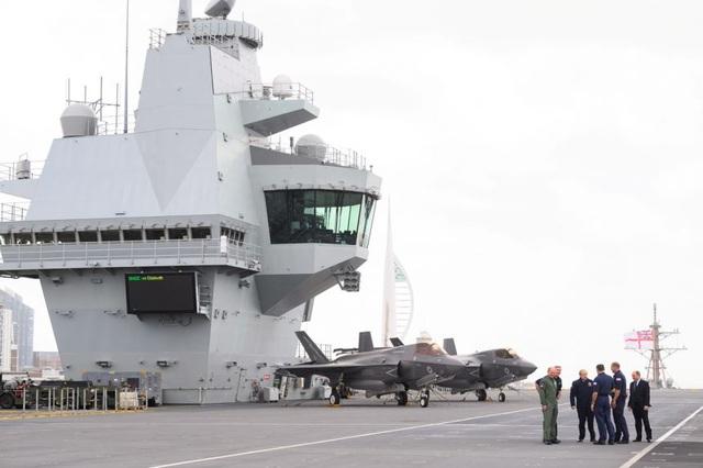 Nữ hoàng Anh thăm tàu sân bay sắp triển khai đến châu Á - 1