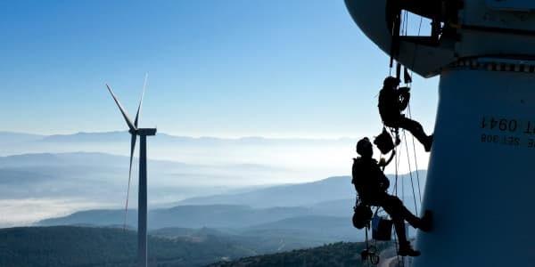 Các kỹ thuật viên bảo trì một tuốc bin gió tại Izmir, Thổ Nhĩ Kỳ, ngày 19/2/2021.  Nguồn:  Mahmut Serdar Alakus | Anadolu Agency | Getty Image