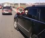 """[VIDEO] Rút súng dọa tài xế khác để """"cướp"""" đường"""