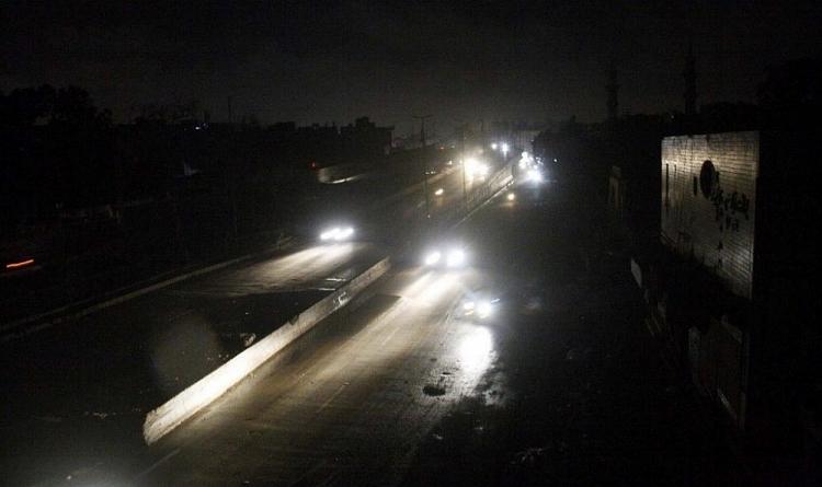 Cả nước Pakistan chìm trong bóng tối sau sự cố mất điện lớn