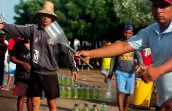"""Người Venezuela khát xăng trên """"biển dầu"""""""