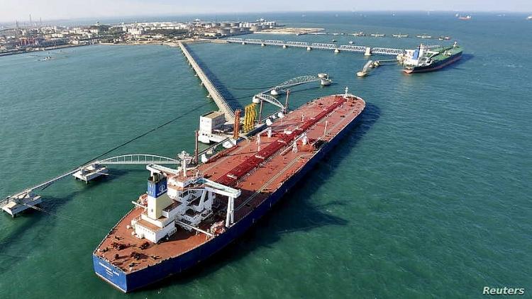 Một tàu chở dầu cập cảng Thanh Đảo, tỉnh Sơn Đông, Trung Quốc.